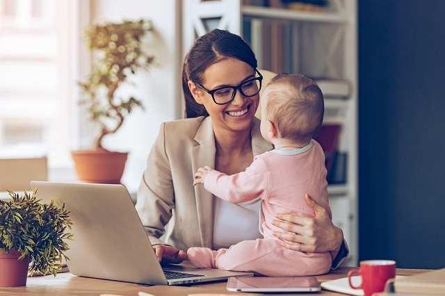 赤ちゃんと話す女性