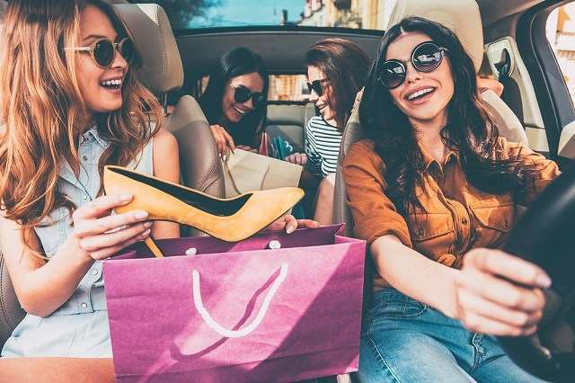 買い物帰りの女性の車の中