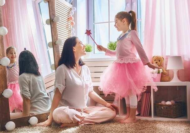 プリンセスの格好の女の子と母親