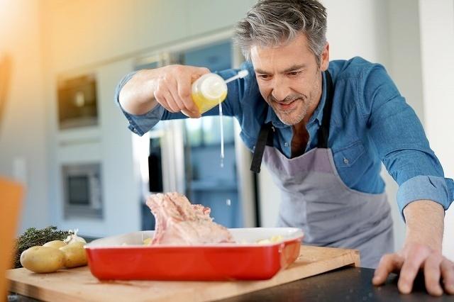 料理中の男性