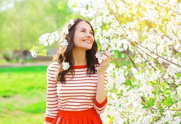 白い花に触れる女性
