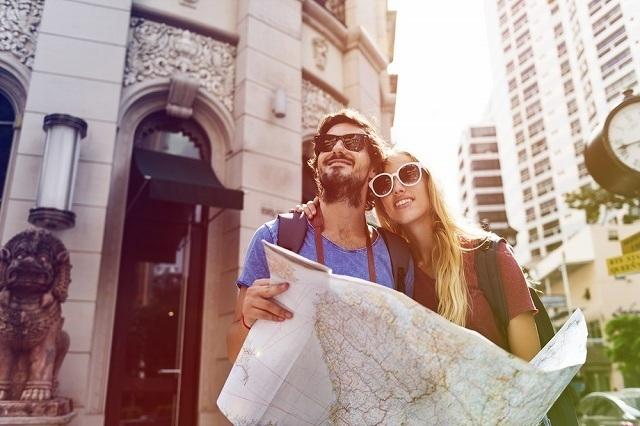 地図を確認するカップル