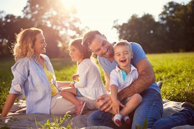 芝生に座る家族