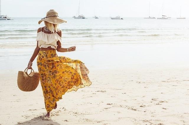 ビーチを歩く女性