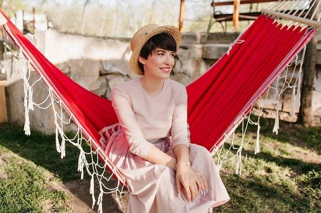 ハンモックに座っている女性