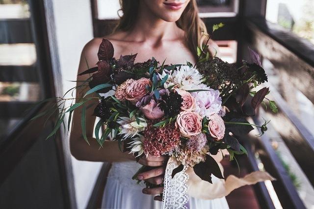 花束を持ったドレスの女性