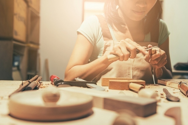 何かを作る女性
