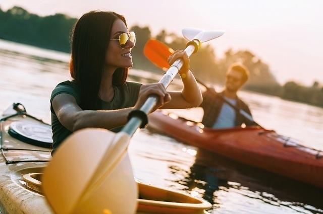 船を漕ぐ男女