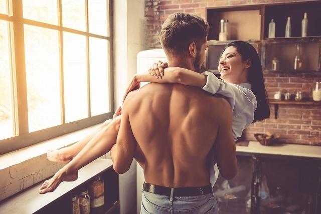 女性を抱き上げる男性