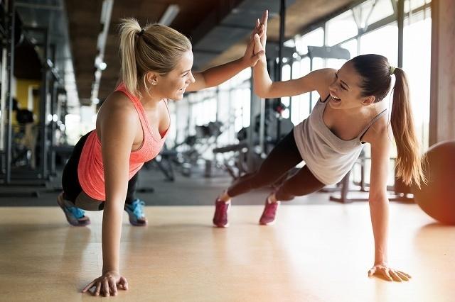 楽しそうにトレーニングしている女性