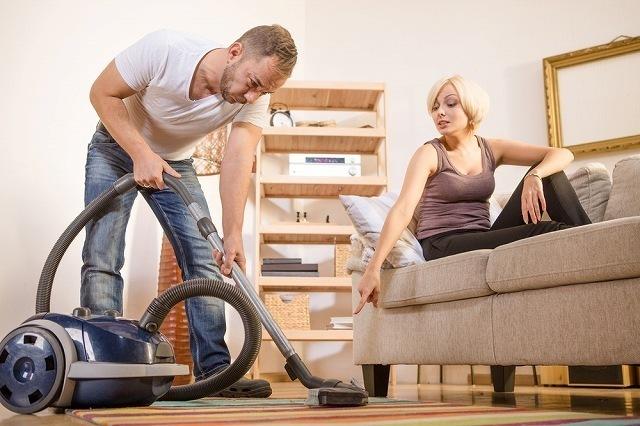 掃除を夫に任せる女性