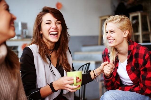 会話して笑う3人の女性