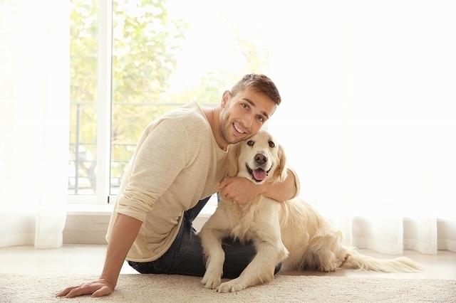 ペットの犬と男性