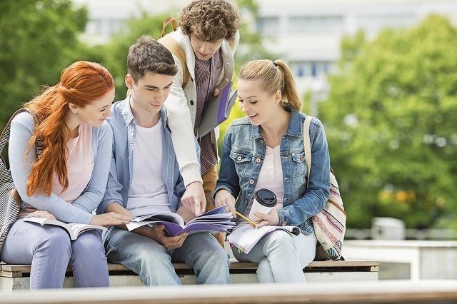 集まる学生