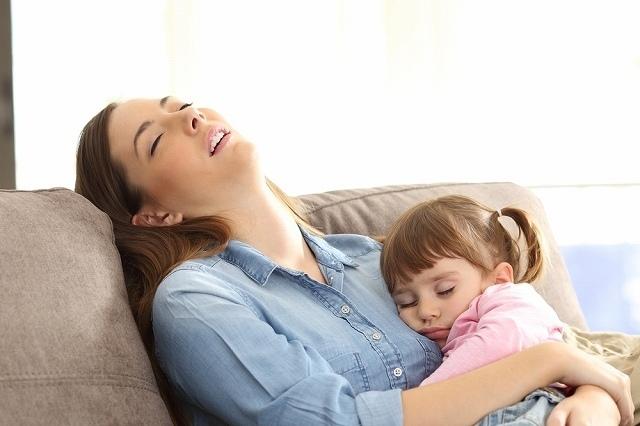 子供と一緒に寝る母親