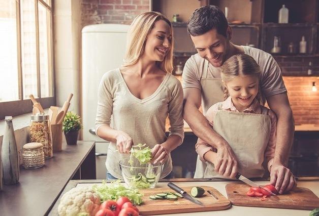 仲良く料理を作る家族