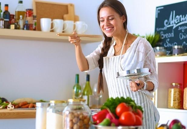 鍋を使って調理する女性