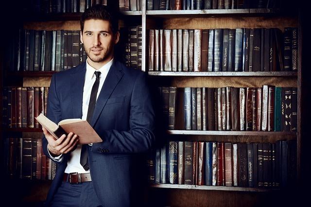 本を持った男性