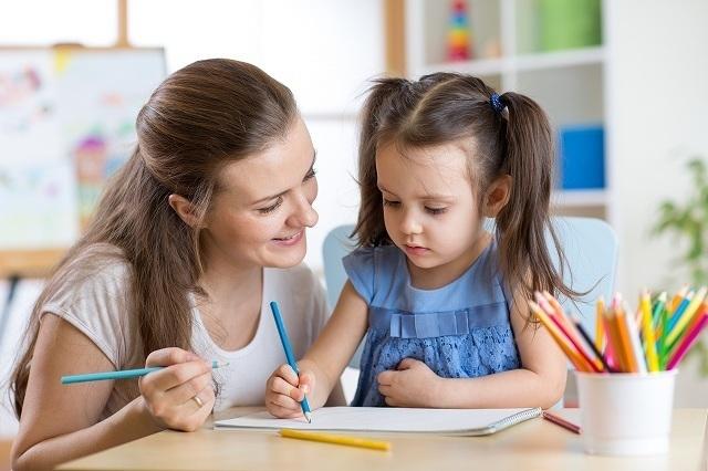 子供に教える女性