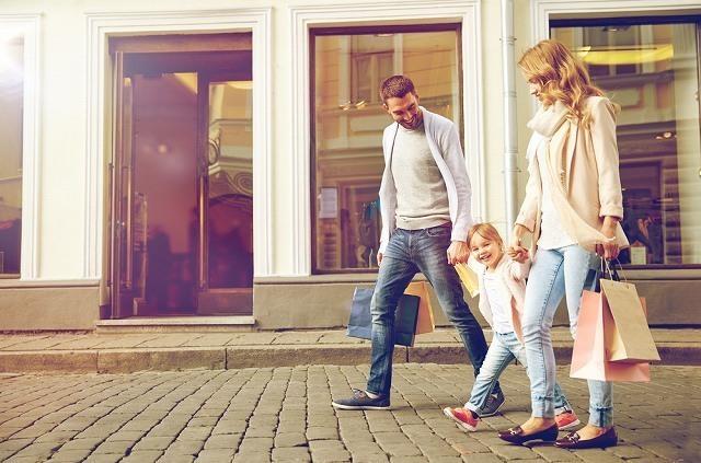 買い物中の家族