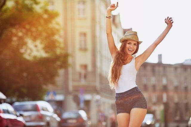 街中で笑う女性