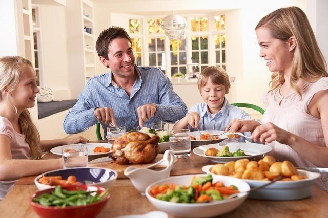 食事を囲む家族