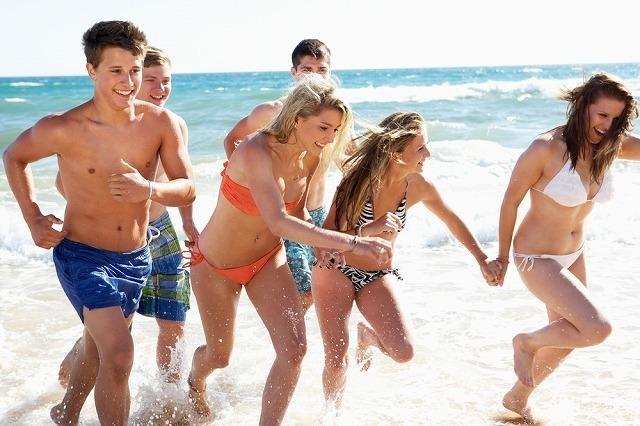 海岸で水着姿の若者たち