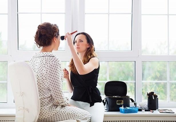 化粧をしている女性