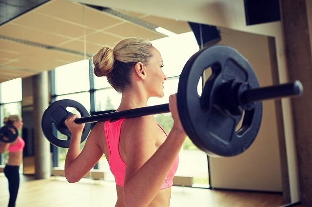 トレーニングをする女性