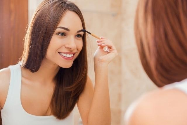 眉毛を描く女性