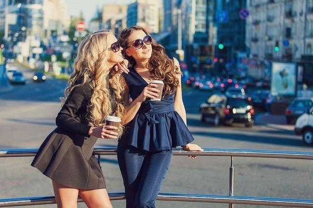 友達とカフェを楽しむ女性