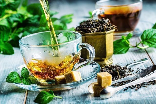 紅茶を注ぐ