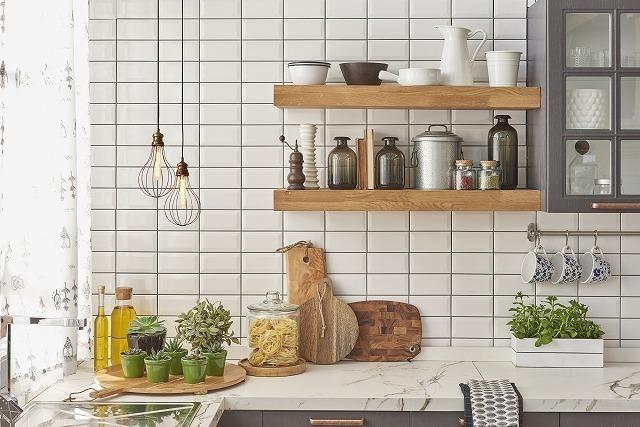タイル壁のキッチン