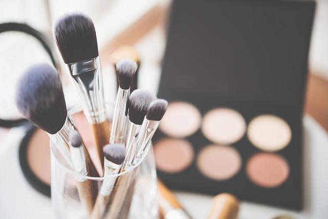 化粧筆とファンデーション