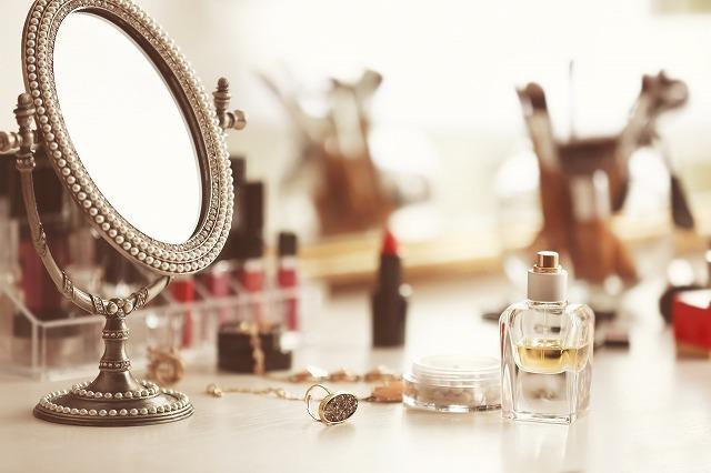鏡とメイク道具