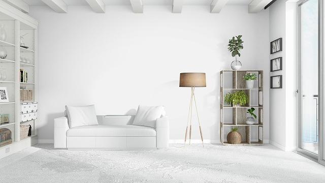 白い部屋に置かれた白いソファ