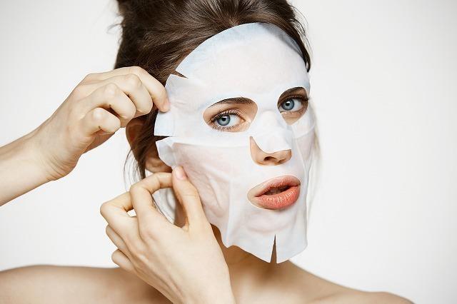 シートマスクをする女性
