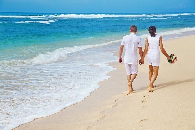 のんびりと散歩するカップルイメージ