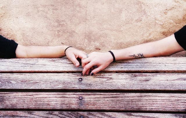 触れ合う手