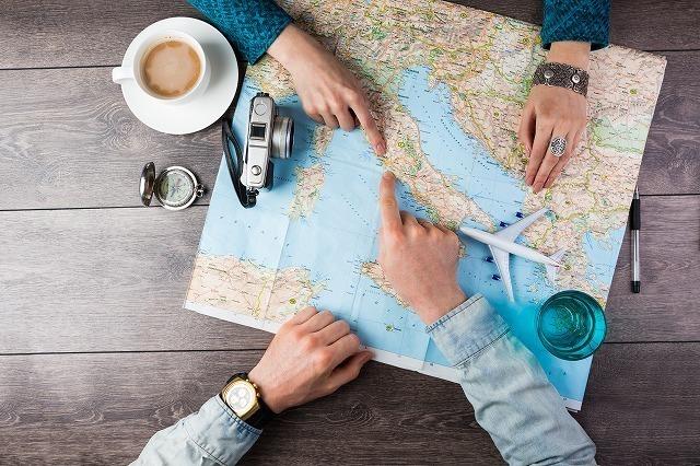 地図を指差すカップル