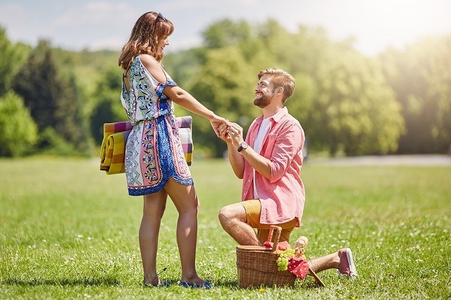 女性の手を取り何かを伝えようとする男性