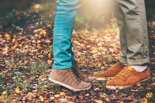 公園でデートする男女の足元