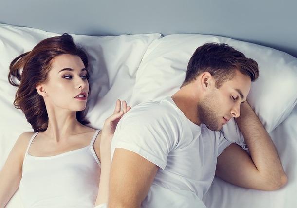ベッドで寝る女性と男性