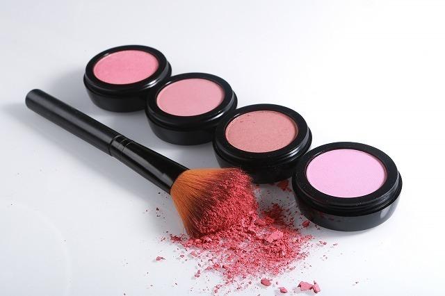 ピンクのチーク