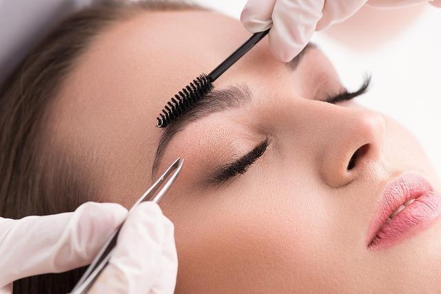 眉毛のメイクをする女性