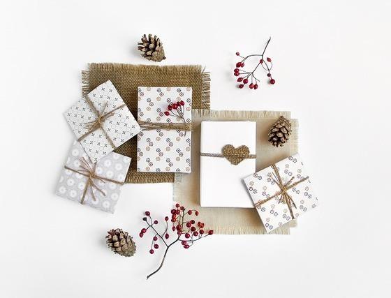 白くラッピングされたプレゼント5つ