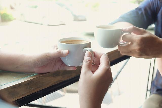 一緒にコーヒーを飲む