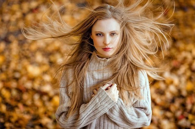 風を受けている女性