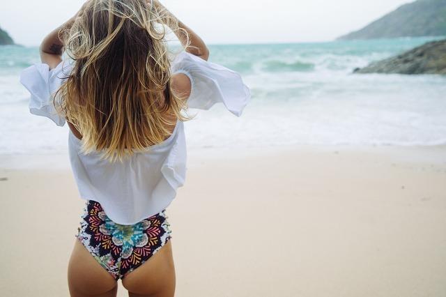 水着の女性の後ろ姿