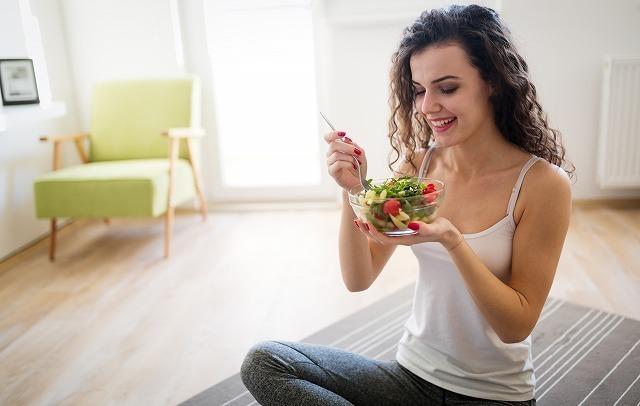 ヘルシーな食事をする女性